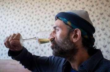 नाक से अपना ही यूरीन पीता है ये शख्स, पिछले 19 साल से कर रहा है ये काम वजह है बेहद खास