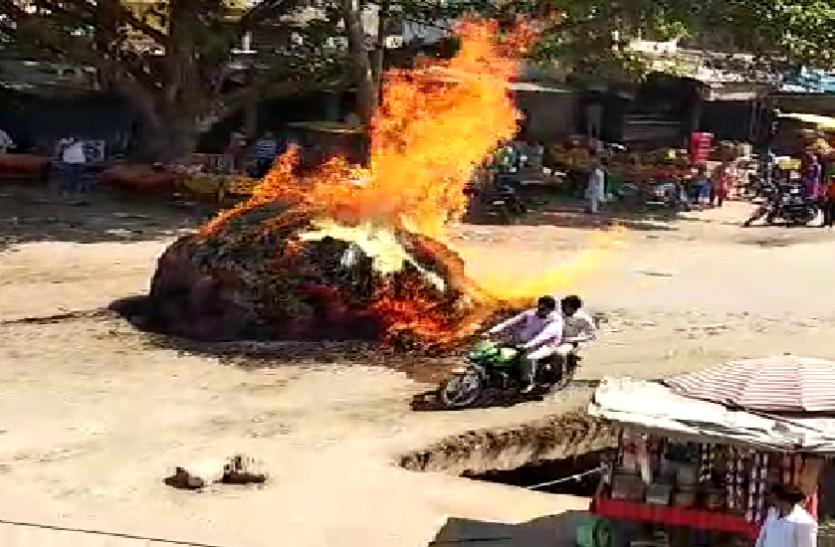 पेट्रोल पंप के सामने भैंसा-बुग्गी में भरी गन्ने की पत्तियों में लगी आग, दिखा खौफनाक मंजर