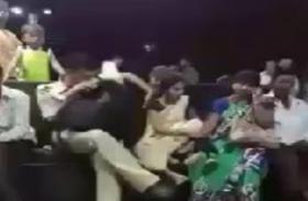 रेलवे स्टेशन पर महिला से छेड़खानी कर रहा था पुलिसवाला, भीड़ ने अच्छे से सिखाया सबक