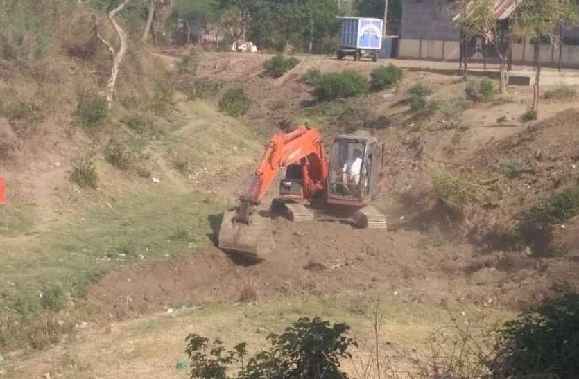 नागधम्मन नदी में चली जेसीबी, शुरू हुआ सफाई काम