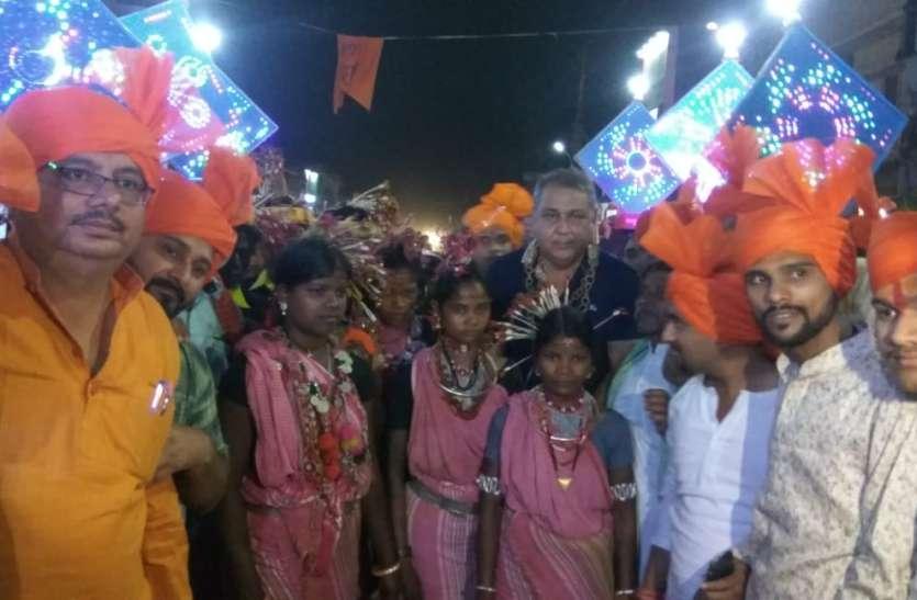 मंदिरों में उमड़ी श्रद्धालुओं की भीड़, निकली शोभायात्रा