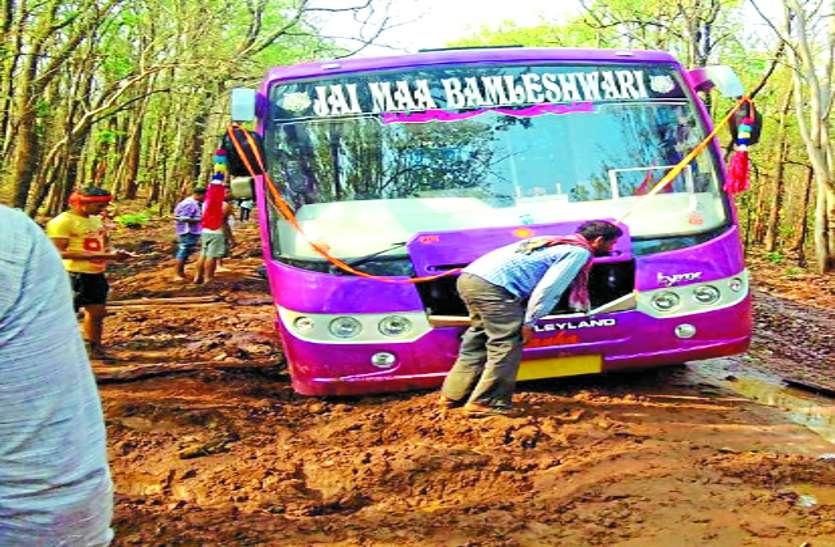 मतदान दल को लेकर लौट रही बस नक्सलियों के गढ़ में फंसी, रिकवरी पार्टी ने की मदद