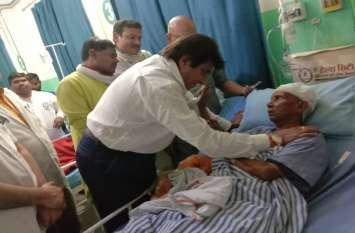 बदमाशों की पिटाई से घायल कार्यकर्ता पनारू का हाल जानने अस्पताल पहुंचे राजबब्बर ने कहा, जल्द स्वस्थ हों, हमें मार्ग दर्शन चाहिए