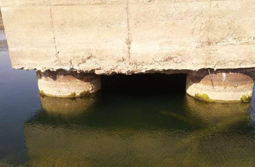 मप्र-उप्र को जोडऩे वाले पुल को रेत कारोबारियों ने किया खोखला, प्रशासन बना मूकदर्शक