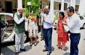 राजभवन पहुंचने पर अधिकारियों-कर्मचारियों ने किया स्वागत