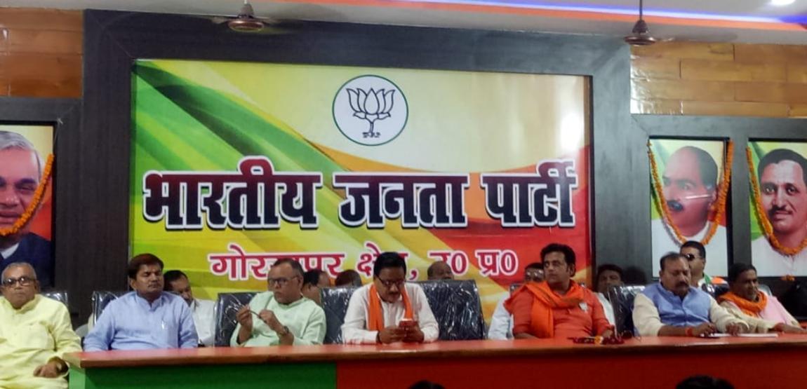 भाजपा प्रत्याशी रवि किशन क्षेत्र में जाने के पहले पदाधिकारियों से परिचय करने में लगे, नगर विधायक ने दी जीत के लिए नसीहत