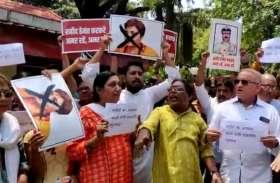 शहीद हेमंत करकरे पर विवादित बयान के विरोध में साध्वी प्रज्ञा ठाकुर के खिलाफ प्रदर्शन