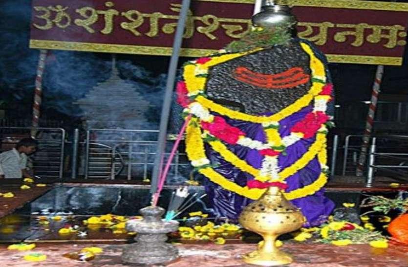 शनि देव की मूर्ति पर चढ़ाएं काले तिल और केले, हर काम में जल्द मिलेगी सफलता
