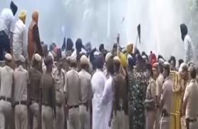 पंजाब में सिखों पर पुलिस फायरिंग की जांच कर रही एसआईटी के सदस्य आईजी का तबादला रद्य कराने के लिए प्रदर्शन