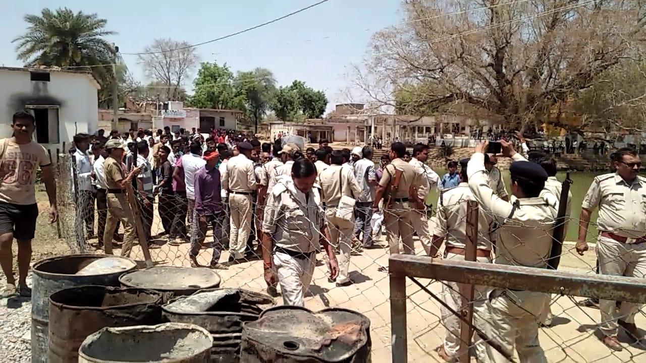 ग्रामीणों ने किया चौकी पर पथराव, पुलिस ने भांजी लाठियां, प्रभारी लाइन हाजिर