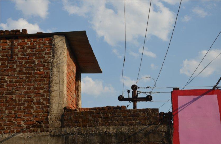 घरों के ऊपर से निकली हाइटेंशन लाइन से हरदम खतरा, नहीं की जा रही शिफ्ट