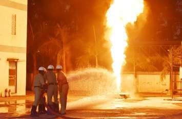 आग की लपटों पर पलक झपकते फायर ब्रिगेड ने पाया काबू