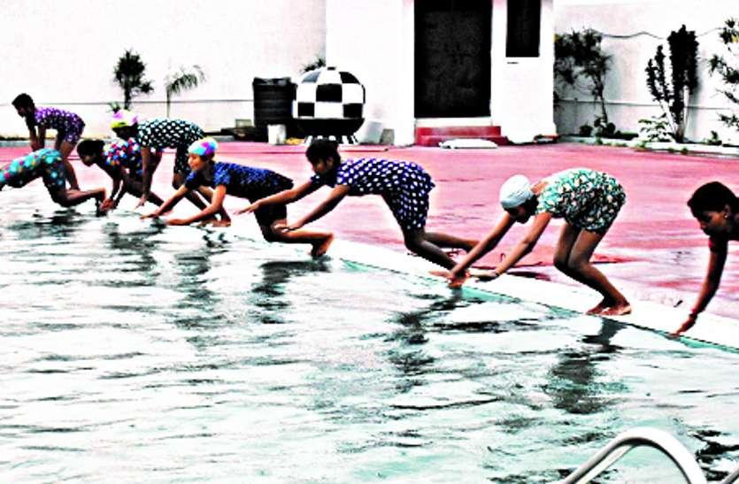 मतदात जागरूकता के लिए तरणताल में हुई बालिका तैराकी प्रतियोगिता