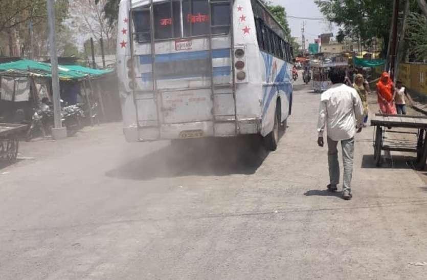 VIDEO नगर के मुख्य मार्ग पर वर्षों से उड रहा धूल का गुबार, लोग बीमारी से परेशान दुकानें बंद करने की तैयारी