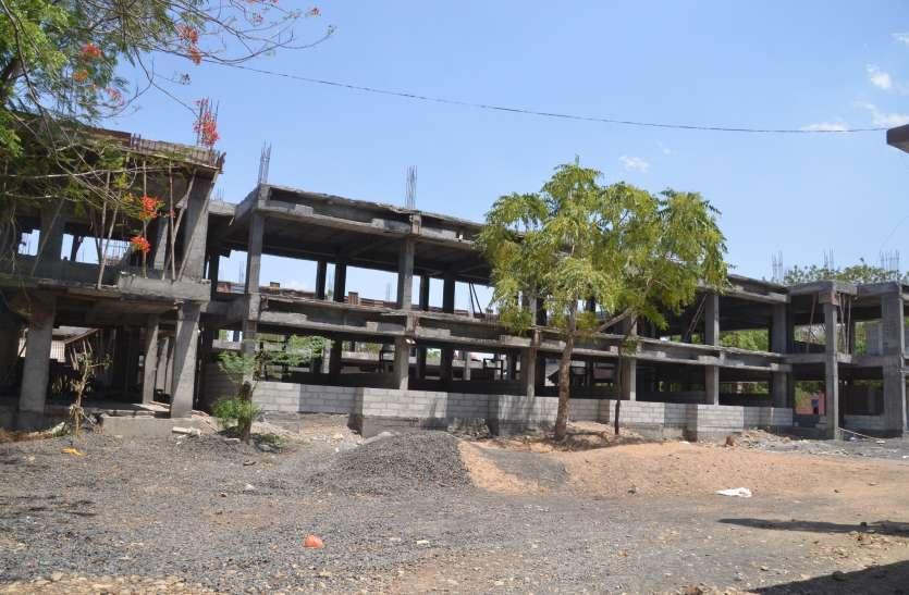 किराए के भवनों में चल रहे उत्कृष्ट के छात्रावास, भोजन के भी नहीं इंतजाम