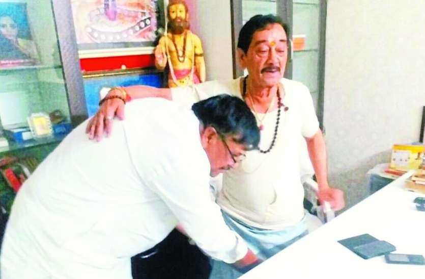 भाजपा के वरिष्ठ नेता से आशीर्वाद लेने पहुंचे कांग्रेस प्रत्याशी पंकज संघवी