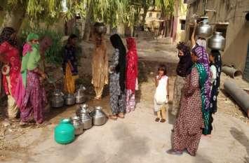 पांच दिनों से पानी को तरस रहे मोहल्लेवासी