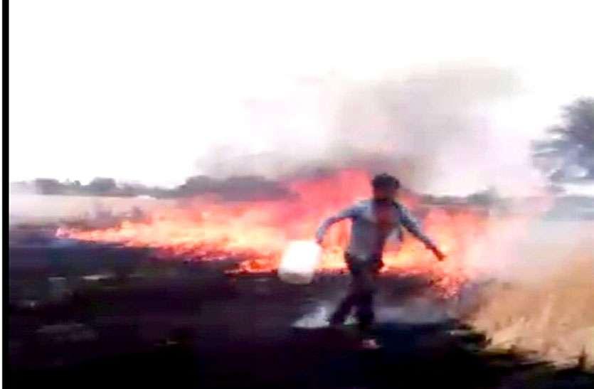 नरवाई में लगी आग किसानों ने पाइपों एवं केनों से किया आग पर काबू