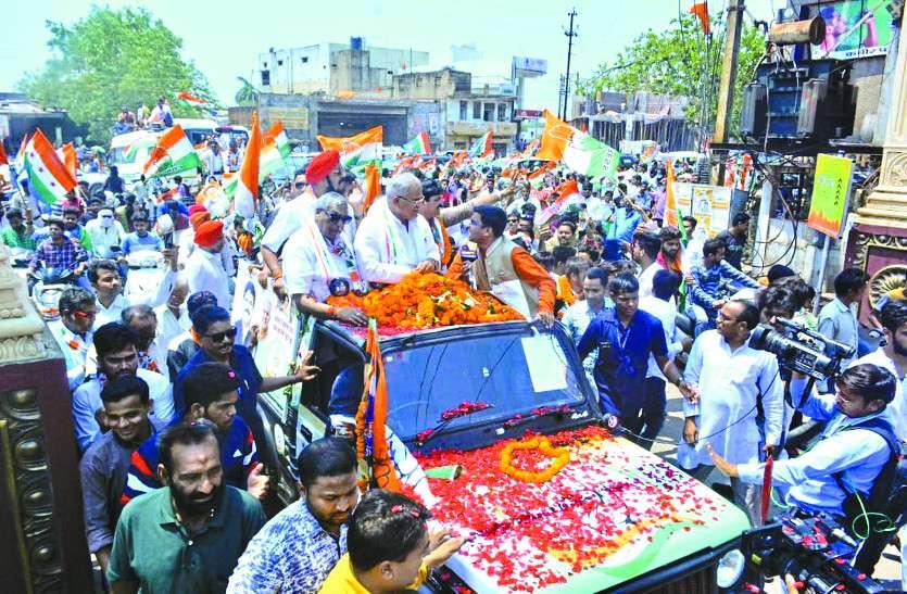चुनाव प्रचार के आखिरी दिन सीएम भूपेश ने रोड शो कर कांग्रेस प्रत्याशी के लिए मांगा वोट