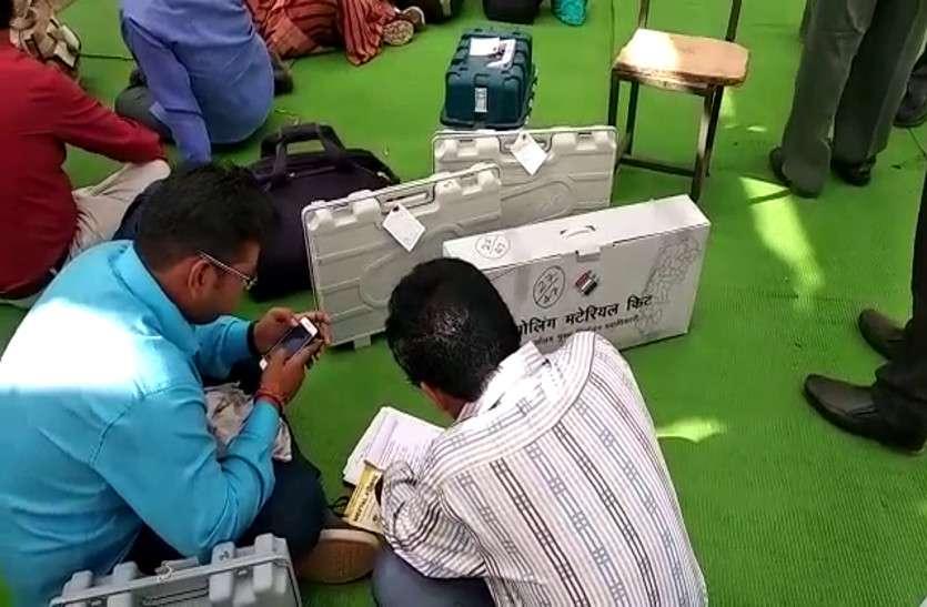 आखिरी चरण के चुनाव के लिए सामग्री बांटने का काम शुरू, कड़ी सुरक्षा के बीच रवाना होंगे मतदान दल