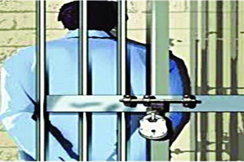 रेकॉर्ड में नाम दर्ज किए बिना जेल में घुसते हैं अनाधिकृत व्यक्ति