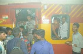 ट्रेनों में बढ़ी भीड़ टॉयलेट में बैठकर यात्रा करने को मजबूर