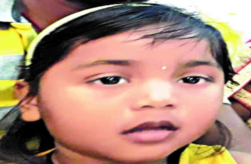 घर के बाहर खेल रही बच्ची को ओवरलोड सवारी ऑटो ने मारी ठोकर, मासूम की मौत, तीन घायल