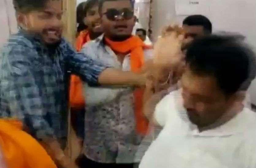 साध्वी के रोड शो में हंगामा, एनसीपी कार्यकर्ताओं ने दिखाया काला झंडा, बीजेपी समर्थकों ने की पिटाई