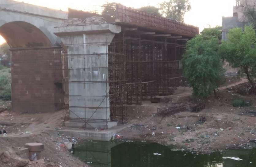 आमजनों से जुड़ी महत्वपूर्ण परियोजनाओं का काम भी समय पर पूरा नहीं करवा पा रहे अधिकारी