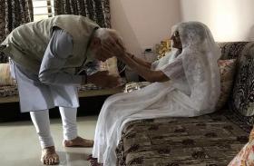 लोकसभा चुनाव 2019: वोट डालने से पहले PM मोदी ने लिया मां का आशीर्वाद, मिला यह गिफ्ट