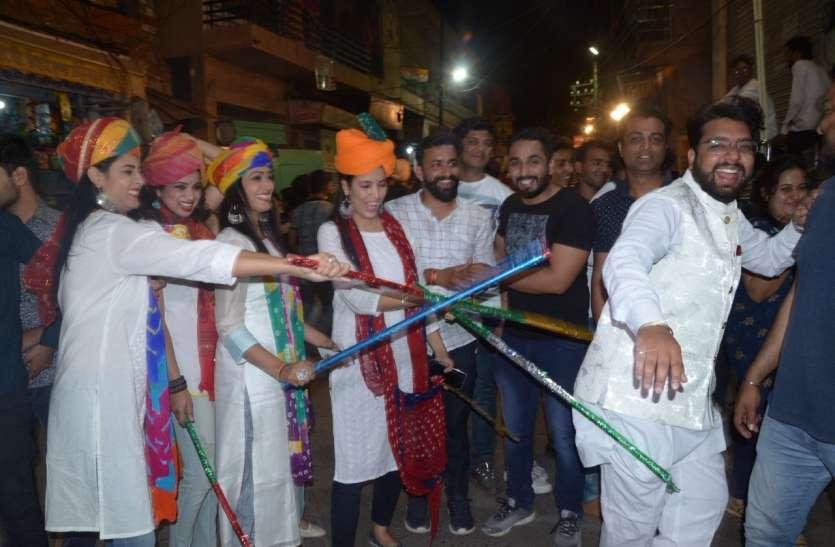 Dhinga Gawar Mela - आज की रात लुगाइयों का राज, तीजणियों की धमचक में पुरुषों पर बरसी बेंत, देखें वीडियो