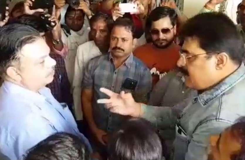 VIDEO: कांग्रेस नेता ने कहा- अधिकारियों को उल्टा लटकाकर मारूंगा, पहले निवेदन फिर करेंगे दनादन