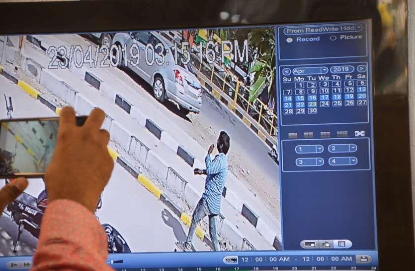 VIDEO एक ने ऑइल टपकने के बहाने उलझाया कार चालक का ध्यान, दूसरे ने दो लाख रुपए से भरा बैग चुराया