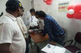 चुनाव खत्म होने से कुछ समय पहले बिगड़ी EVM मशीन, लाइन में खड़े मतदाता कर रहे इंतजार