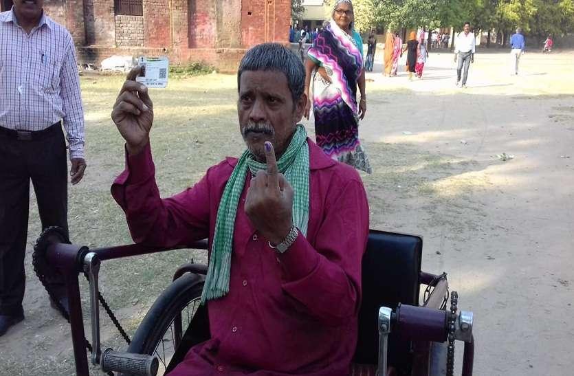 बुजुर्गों और दिव्यांगों ने मतदान में बढ़ चढ़ कर लिया हिस्सा- देखें तस्वीरें