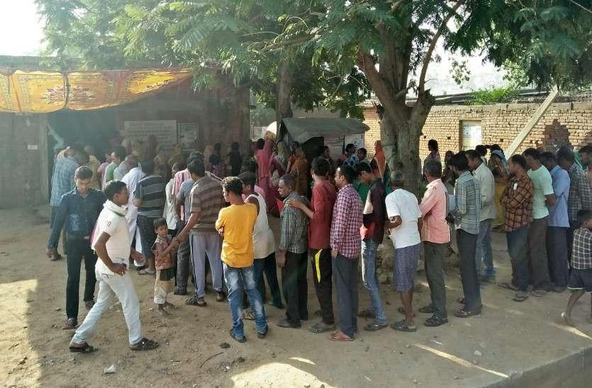 मतदान केन्द्रों के गेट खुलने के पहले ही पहुंचे लोग, ताकि तेज धूप में बच सके कतार से