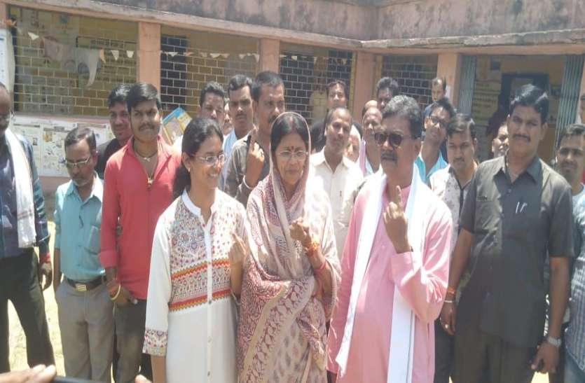 कांग्रेस प्रत्याशी ज्योत्सना महंत ने दिया वोट, परिवार के साथ पहुंची मतदान केंद्र