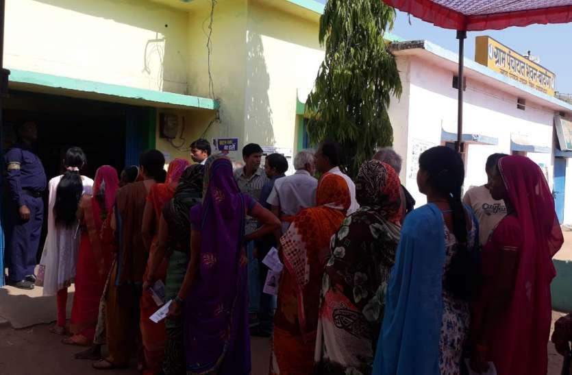 गर्मी से बचने मतदान केंद्रों में लगी लंबी कतार, जिले में अब तक 14.97 फीसदी मतदान