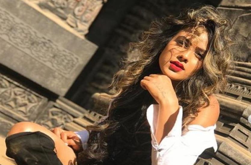 डांस के दौरान निया शर्मा के खिसक गए कपड़े, महिला साथी ने ऐसे संभाला