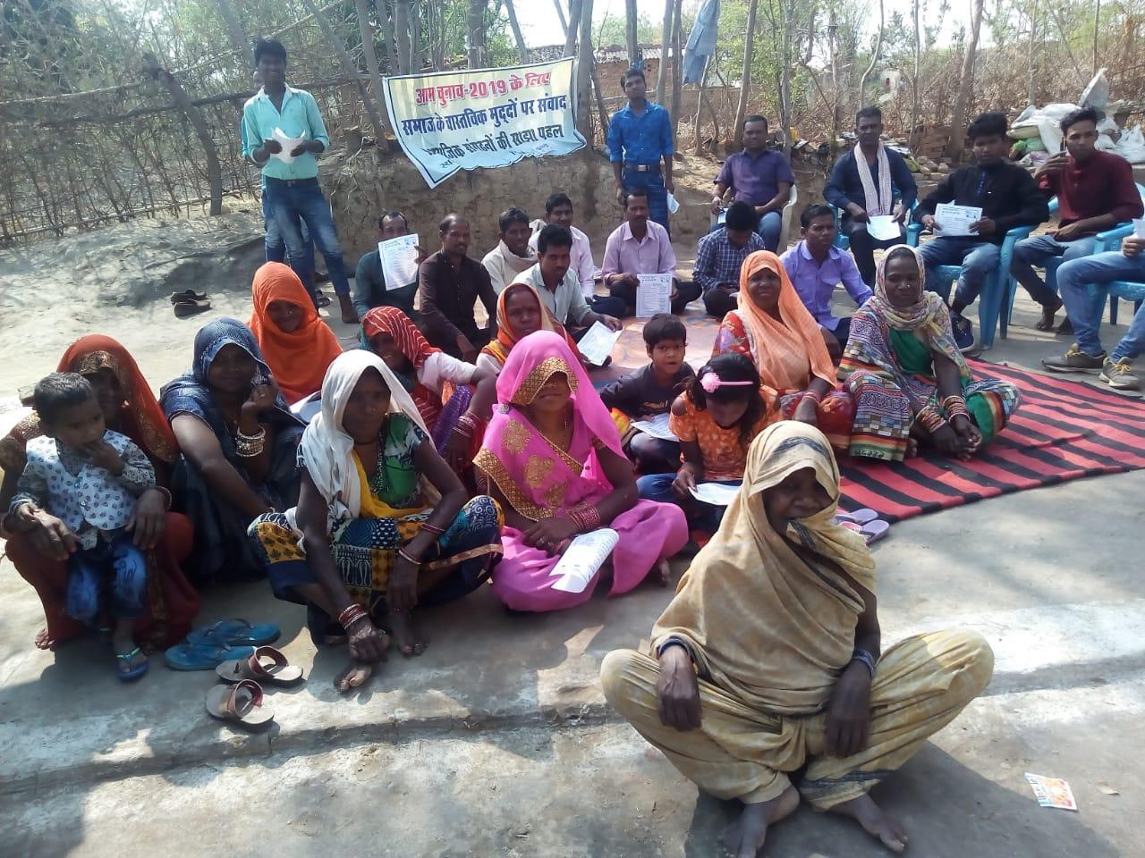 गांव-गांव जाकर मतदाताओं को जगा रहे सामुदायिक कार्यकर्ता