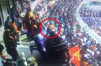 एक्ट्रेस ने आईपीएल मैच के दौरान नशे में चूर होकर की ऐसी हरकत, जीत की खुशी में पहले सामने बैठे आदमी पर कूदी, फिर...