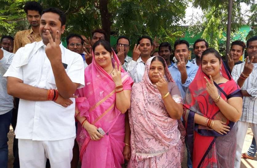 उच्च शिक्षा मंत्री उमेश पटेल ने मां और भाभी के साथ किया मतदान, कहा- जीतेंगे रायगढ़ सीट