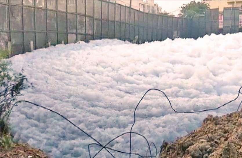प्रदूषण बढ़ा तो बेलंदूर झील में फिर उठा जहरीला झाग