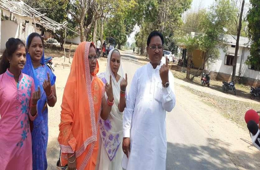छत्तीसगढ़ के इकलौते केंद्रीय मंत्री विष्णुदेव साय ने परिवार के साथ किया मतदान