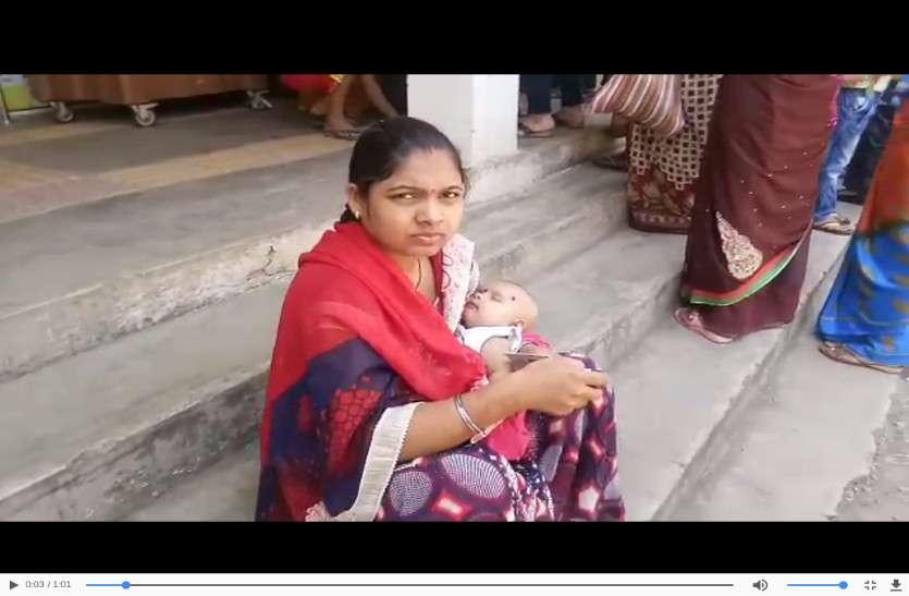 3 महीने की बच्ची के साथ मां पहुंची वोट देने, देखें लोकतंत्र उत्सव की ये Video