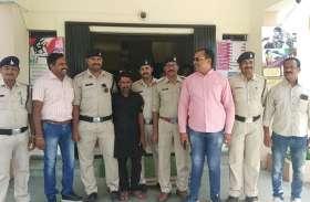 कार चालक को भी पुलिस ने दबोचा, 2 लाख किए जब्त