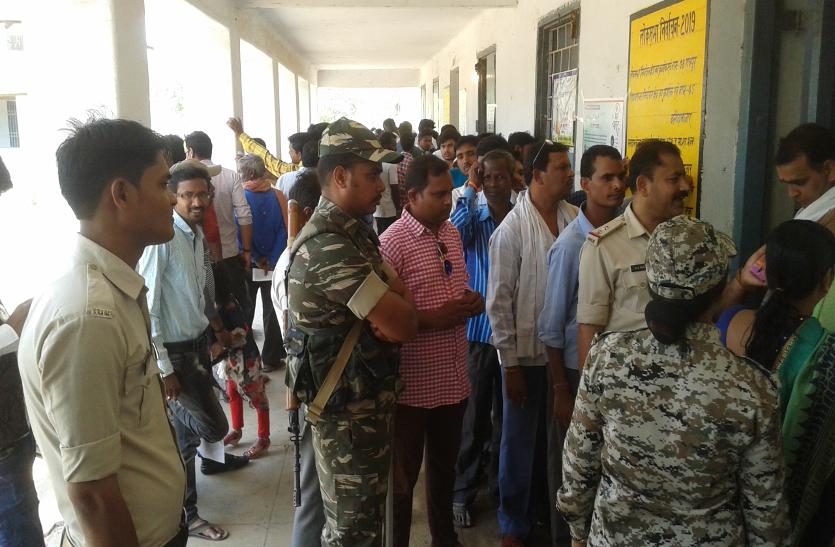 लोकसभा चुनाव में दिखा जबरदस्त रुझान, कोई व्हील चेयर सहारे तो कोई बारात जाने के पहले निभाया मतदान का फर्ज