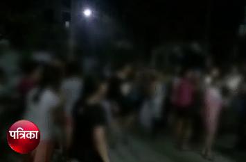 गार्ड ने छात्रा से की छेड़छाड़ तो लड़कियों ने कर दिया ऐसा हाल, पुलिसवाले भी रह गए हैरान, देखें वीडियो
