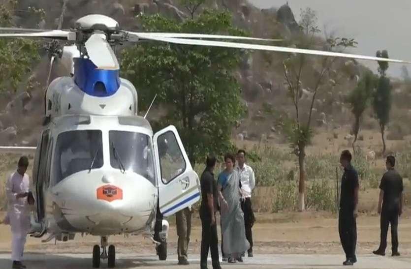 यूपी के इस जिले में उतरा प्रियंका गांधी का उड़न खटोला, रोड शो के दौरान कई स्थानों पर की गई पुष्प वर्षा