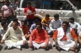 संभल: भाजपा उम्मीदवार बैठ गए धरने पर, पुलिस ने फटकारी लाठियां
